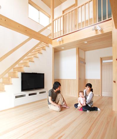 鳥坂建築【1000万円台、和風、自然素材】テレビは壁掛け、周辺機器は階段下を利用した収納に。コードも中でまとめてすっきり