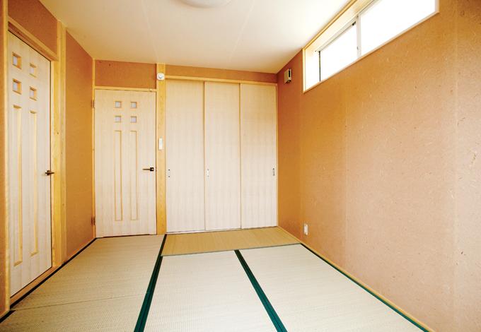 畳の緑色に合わせ、和室の壁はサーモンピンクの和紙を貼った
