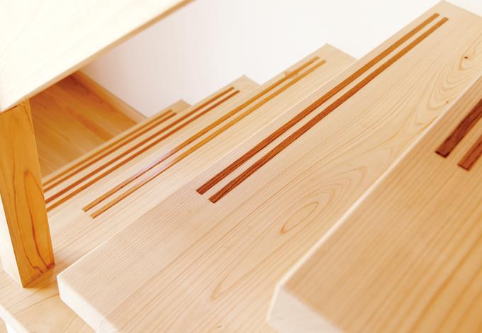 鳥坂建築【1000万円台、和風、自然素材】すべり止めに溝を彫ってケヤキを埋めた階段。これも大工の手仕事