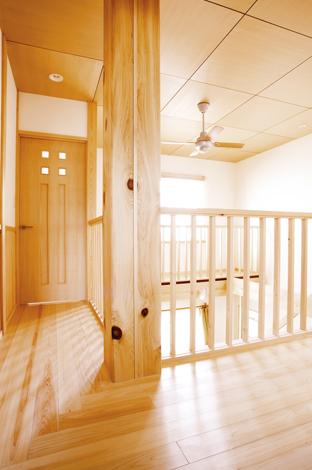 1階から伸び2階ホールを貫く大黒柱。一尺(約33cm角)と存在感抜群