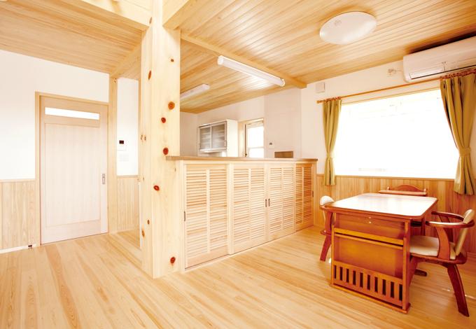 鳥坂建築【1000万円台、和風、自然素材】壁つけキッチンを対面型にアレンジ。手元が見えないように板を高めにつけ、下は収納に