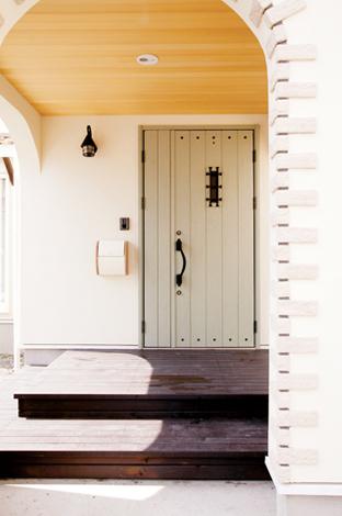 鳥坂建築【1000万円台、和風、自然素材】アーチとウッドデッキがかわいい玄関ポーチ