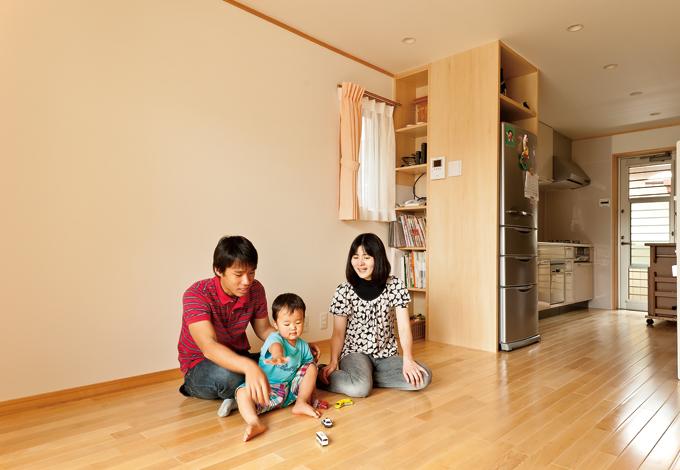2 階は間仕切りを作らず広い空間に。冷蔵庫も造作の収納に収めてすっきり