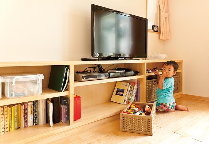 鳥坂建築【1000万円台、和風、狭小住宅】造作のTV 台は長男お気に入りのおもちゃ置き場だ