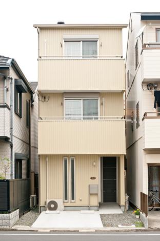 鳥坂建築【1000万円台、和風、狭小住宅】コンパクトな外観。屋根の上の出っ張りがスカイライトチューブ