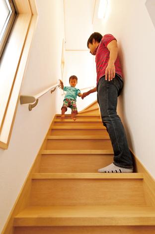 鳥坂建築【1000万円台、和風、狭小住宅】普段の生活の中で階段を昇り降りする機会が多い3 階建て。できるだけ楽に行き来できるように幅を広く、段数も多めにしてゆるやかに。2 歳の長男もパパやママに見守られながら1 人で歩ける