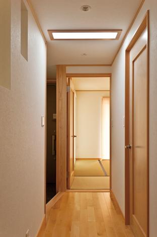 鳥坂建築【1000万円台、和風、狭小住宅】スカイライトチューブで玄関ホールに自然の明かりを取り込んだ