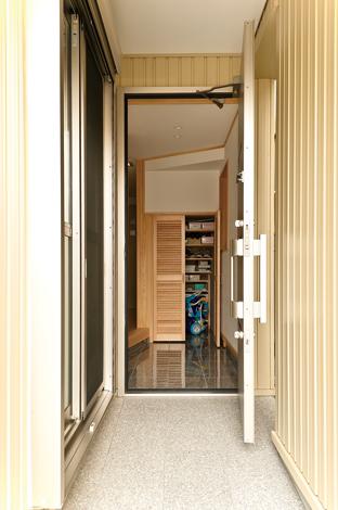 階段下を利用した玄関の下駄箱や洗面台も造作で製作