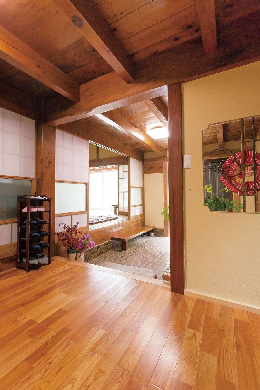 鳥坂建築|玄関ホールの床にはケヤキをセレクト。柱や天井の色合いとの調和に、同社の経験とこだわりを感じさせる