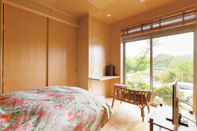 鳥坂建築|和室が借景を活かした寝室に。床はナラ、壁と天井は重くなりすぎないようタモの突板を選択