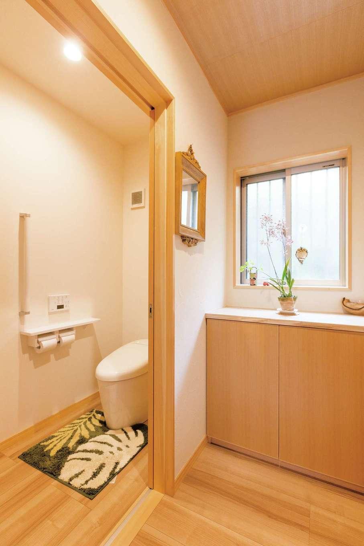 水回りの位置と動線が変更され、使いやすくなった。トイレには造作の手洗いを用意