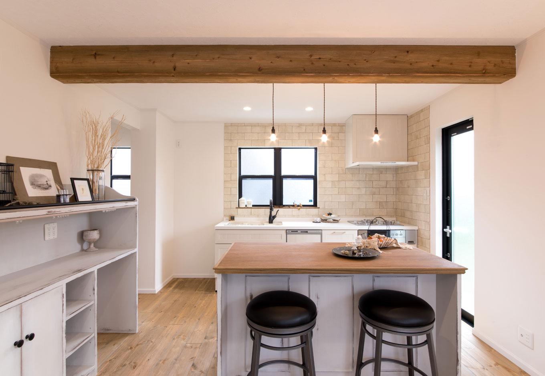 フェアリーホーム【デザイン住宅、輸入住宅、インテリア】アイランドカウンターは造作。天板はコンクリート調になる塗料で仕上げた