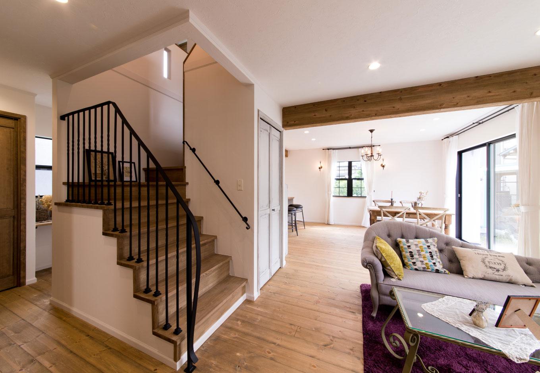 フェアリーホーム【デザイン住宅、輸入住宅、インテリア】階段の手すりは「シンプルで華奢なアイアンで」という奥さまこだわりの部分
