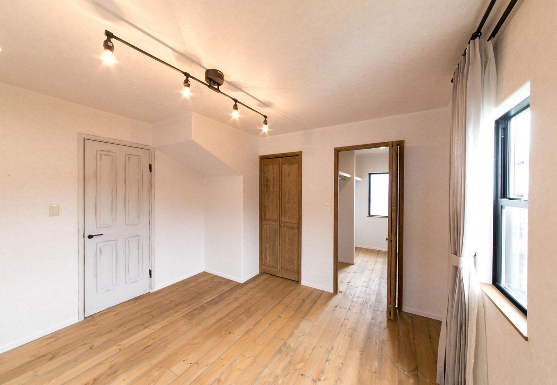 フェアリーホーム【デザイン住宅、輸入住宅、インテリア】2階の寝室はシンプルに。黒のサッシがアクセント