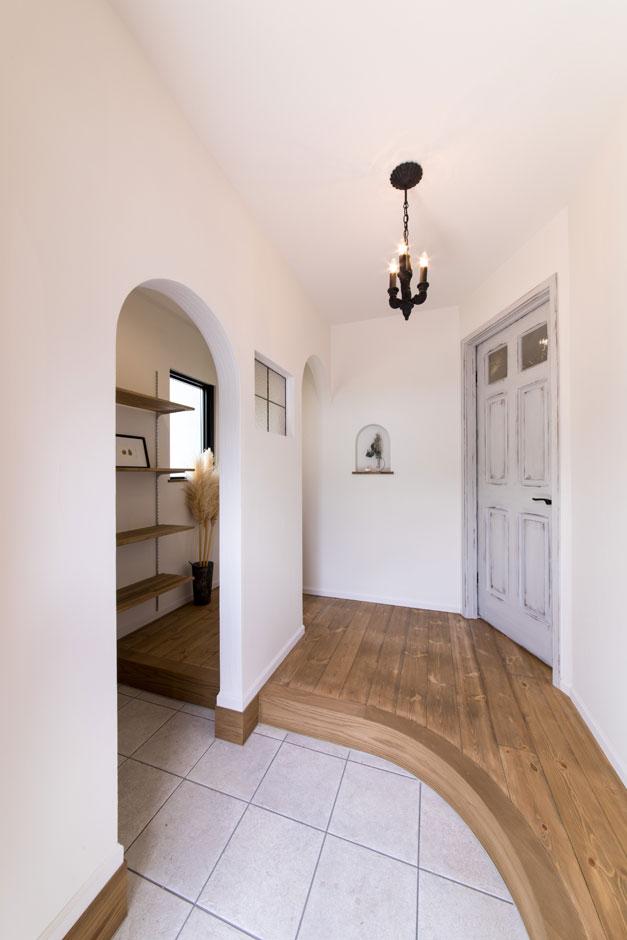 フェアリーホーム【デザイン住宅、輸入住宅、インテリア】シューズクロークを配置して生活感を隠した玄関。いくつかの曲線が柔らかい空間を演出