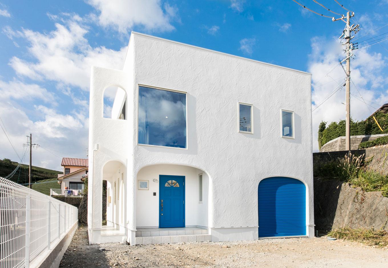 青空に映えるミコノススタイルのお家
