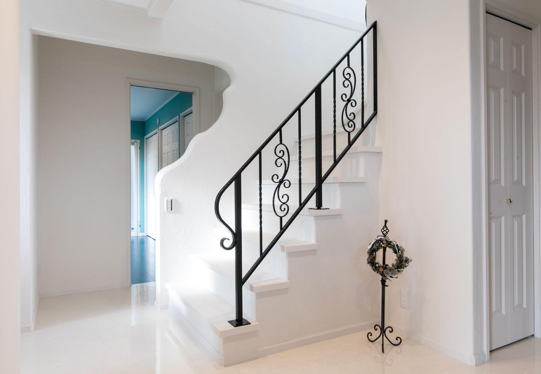 床や扉、壁はすべて白で統一。曲線を描いた壁が印象的