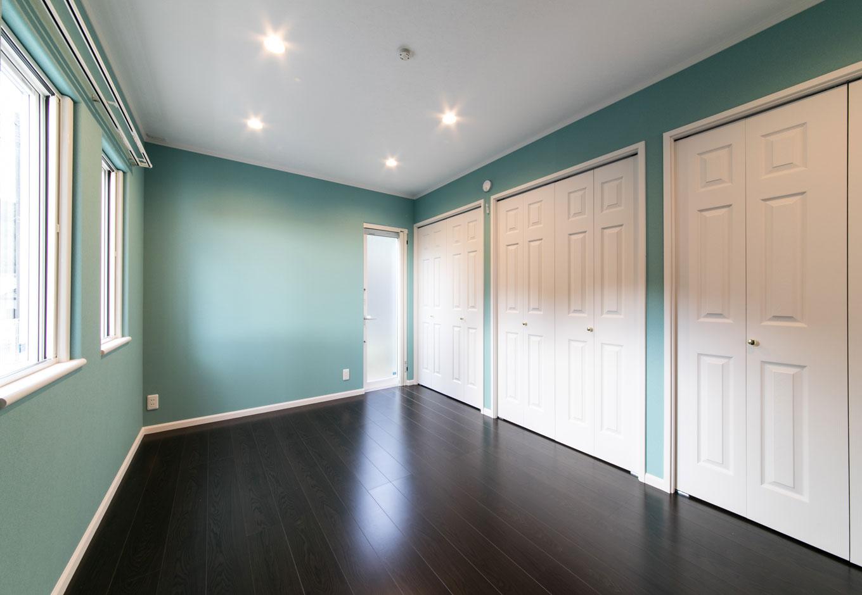 1階にある寝室。収納扉やクロスの色使いにセンスを感じる