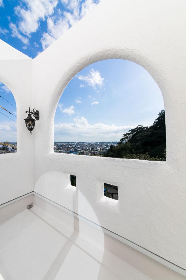 眺めが最高なバルコニーはアーチの切り抜きがポイント