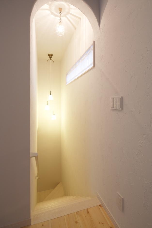 Dサポート【趣味、自然素材、ガレージ】『 Dサポート』の得意とするナチュラルなデザインは、階段のアールの垂れ壁にも反映。吟味したペンダントライトが生み出す陰影も素敵