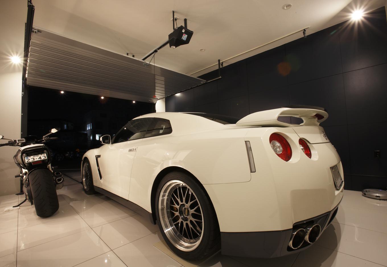Dサポート【趣味、自然素材、ガレージ】単なる車置き場ではないガレージ。車にあった壁の色や照明で、愛車を引き立てるショールームだ