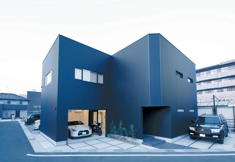 Dサポート【趣味、自然素材、ガレージ】ガルバリウム鋼板が精悍な表情を作りだす。南欧風のナチュラルなデザインが多い同社だが、さまざまなスタイルに対応できる証の一棟だ