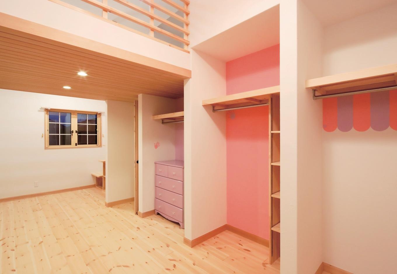 Dサポート【輸入住宅、二世帯住宅、自然素材】子ども部屋は娘3人で共用。それぞれのクローゼットは、子どもたちが好きなようにペインティングした