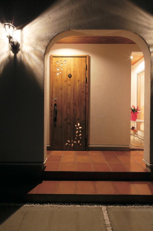 Dサポート【輸入住宅、二世帯住宅、自然素材】夜は照明に浮かび上がるアールの壁が幻想的なエントランス