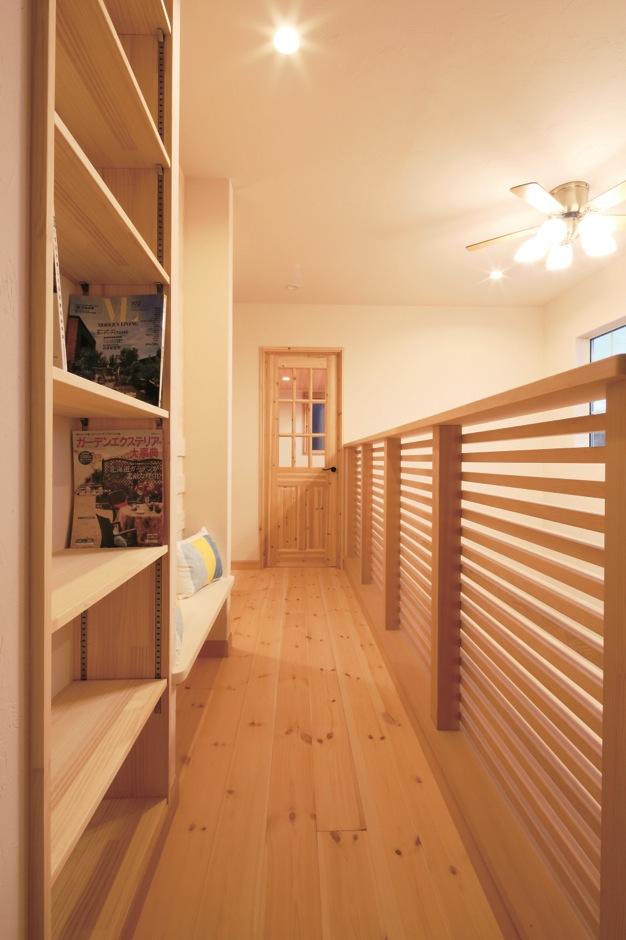Dサポート【輸入住宅、二世帯住宅、自然素材】本棚とベンチを造作して、2階のホールはかわいい図書館に