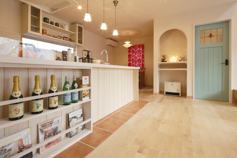 Dサポート【輸入住宅、二世帯住宅、自然素材】造作された棚が印象的なキッチン。奥のダイニングではご家族がそろって食事をできる