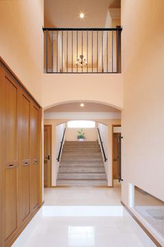 大理石の玄関ホールと階段はヨーロッパの邸宅をイメージ