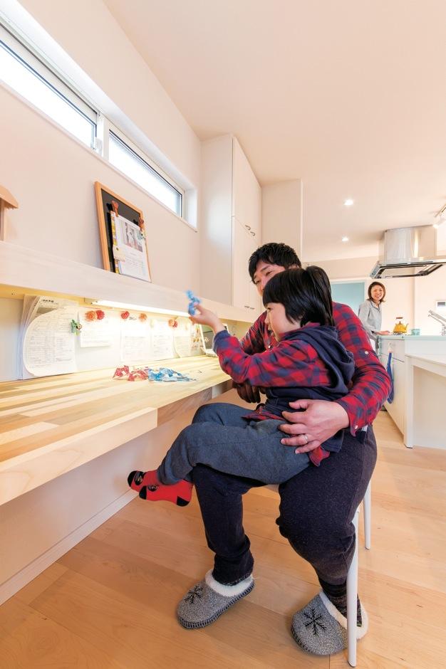 Dサポート【自然素材、間取り、ガレージ】LDKに造作したカウンターは、お子さんの勉強に、奥さまの家事スペースにと大活躍。キッチン脇の扉を開ければ、洗面脱衣所、トイレ、浴室と一直線で繋がる便利な動線