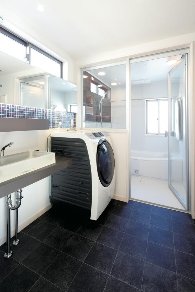 Dサポート【自然素材、間取り、ガレージ】浴室は壁もドアもガラス張りに。開放感抜群