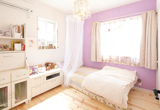 子ども部屋も、それぞれの個性を尊重。フレンチポップがかわいい次女の部屋は、壁にも色を使い明 るい印象に