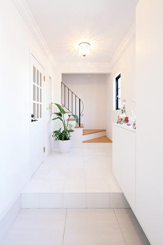 真っ白な大理石がまぶしい玄関ホール。お客さまをお迎えする空間は、ご夫婦二人の 共通の意見で実現