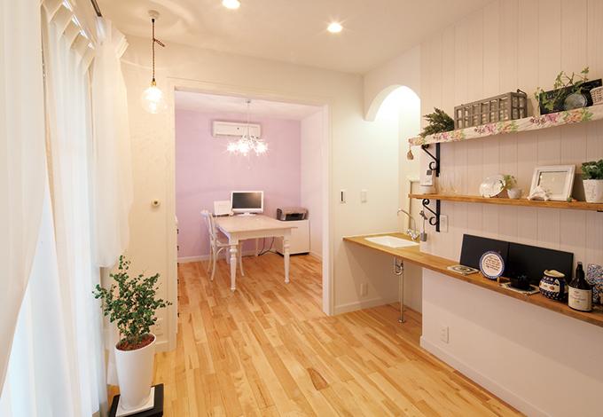 奥さまの部屋は、ナチュラルなイメージで。洗面台も設え、親や娘さん夫婦と同居するなど、 家族構成が変わった時でも対応できるスペー スに