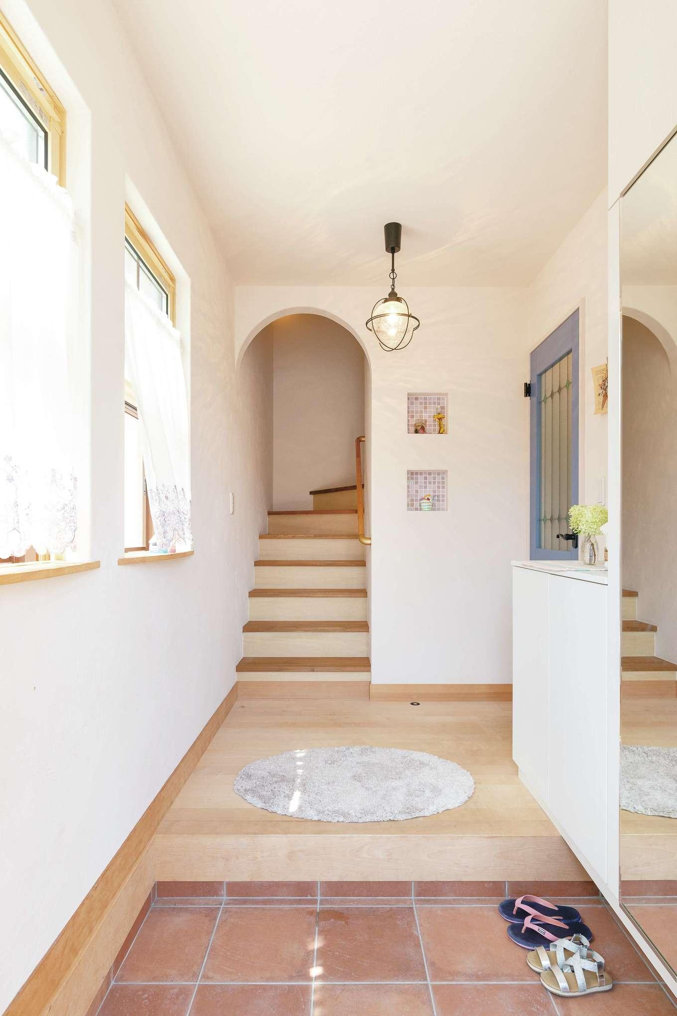 Dサポート【趣味、自然素材、ガレージ】アールの垂れ壁やニッチが温かみを添える玄関