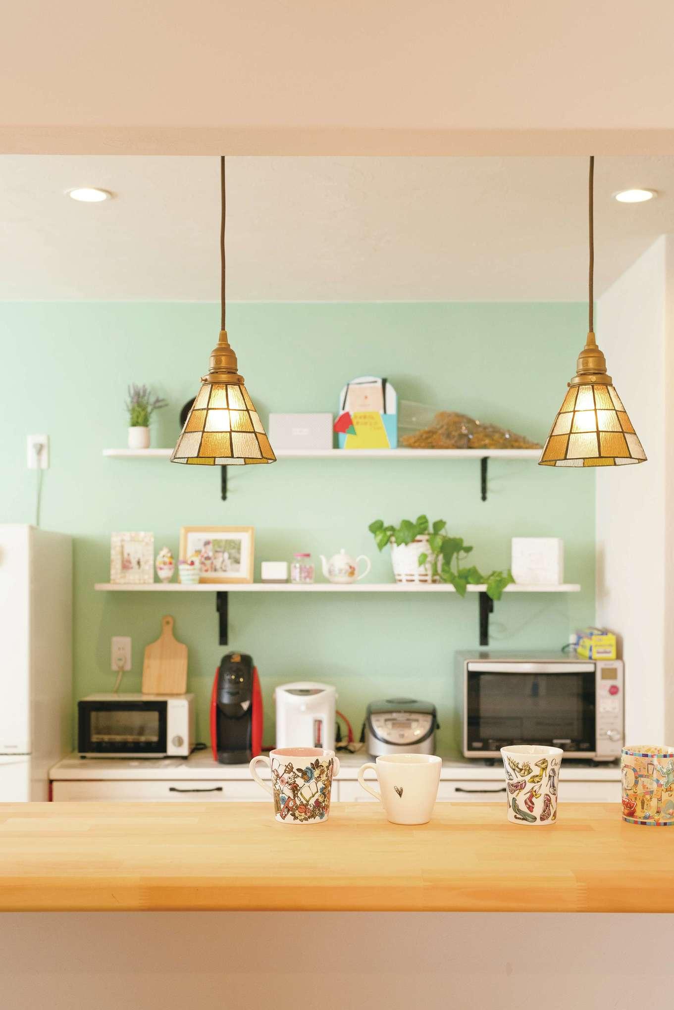 Dサポート【趣味、自然素材、ガレージ】ミントグリーンの色壁がきいたキッチン