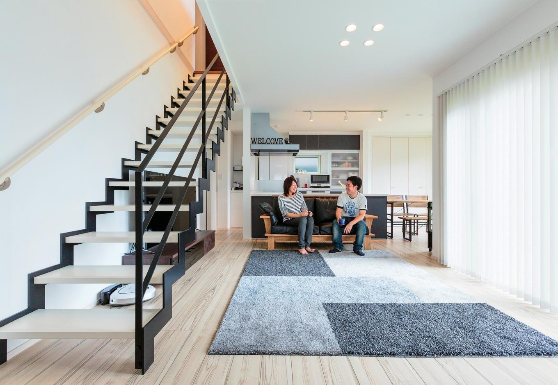 五朋建設【デザイン住宅、和風、間取り】大きな掃き出し窓と、白と黒のコントラストが印象的なアイアン階段がリビングを彩る。ゼブラ柄のフローリングは、インテリアコーディネーターと一緒にシミュレーションして決めたお気に入り