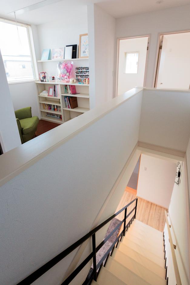 五朋建設【デザイン住宅、和風、間取り】南向きで大きな窓がある2階のホールには、棚を設けた多目的スペースが。現在は奥さまのリラックススペースとして活躍