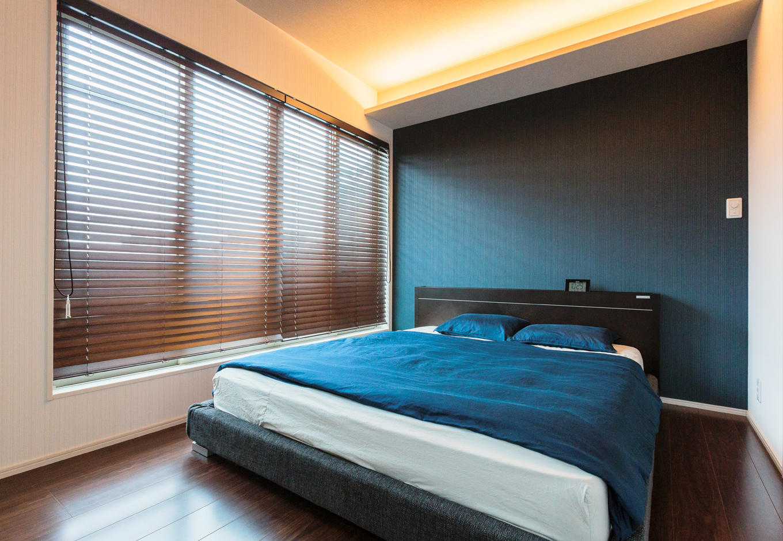 寝室は間接照明を用いてシックな空間に