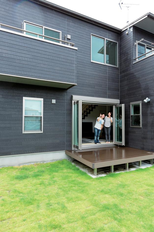 五朋建設【デザイン住宅、和風、間取り】フルオープンのリビング窓からデッキへ。南側には広々とした芝生の庭が広がる