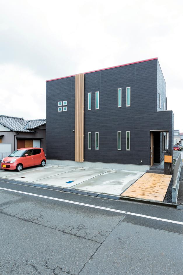 五朋建設【デザイン住宅、和風、間取り】シンプルモダンな外観はご主人の希望で実現。スリット窓とスクエアの小窓がアクセント