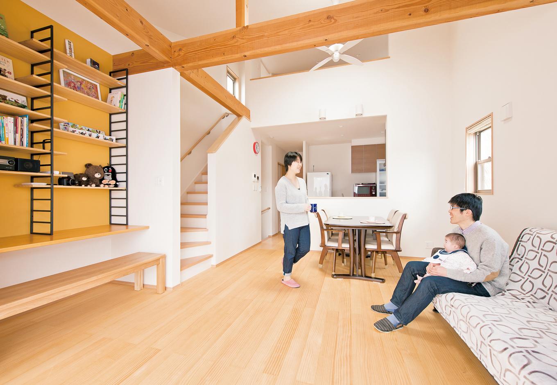 五朋建設【子育て、趣味、省エネ】LDKの床はパイン材の浮づくり仕上げ。無垢材特有の感触が足に心地よい