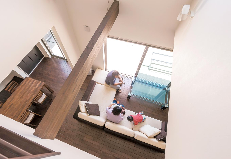 五朋建設【デザイン住宅、子育て、間取り】明るい2階の階段上フロア。風が抜け、光が降り注ぐ大きな吹き抜けは開放感抜