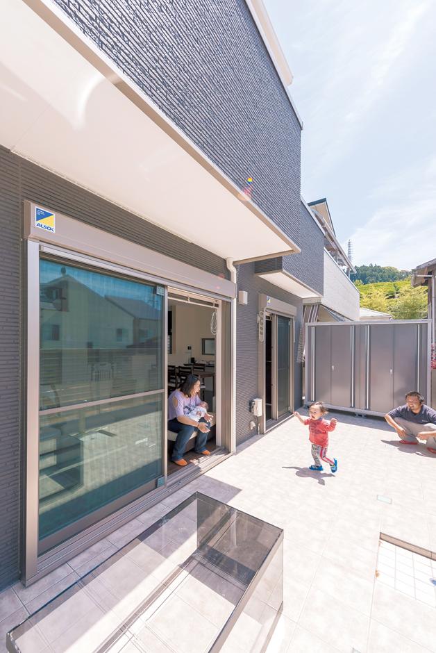 五朋建設【デザイン住宅、子育て、間取り】LDKの南側に広がる広いタイルバルコニー。息子さんの遊び場、ご主人の趣味の熱帯魚の飼育スペースとして大活躍