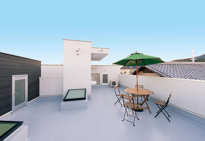 五朋建設【デザイン住宅、二世帯住宅、屋上バルコニー】SORA庭(スカイバルコニー)は、屋上BBQやプール、花火鑑賞、子どもたちのお菓子パーティーな ど、多目的に活用している