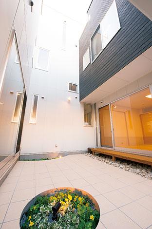 五朋建設【デザイン住宅、二世帯住宅、屋上バルコニー】家中のどこからでも見えるライトコート。中庭を囲んで部屋を配置することで、各居室のプライバシーを確保しつつ、お互いの気配を感じ合える
