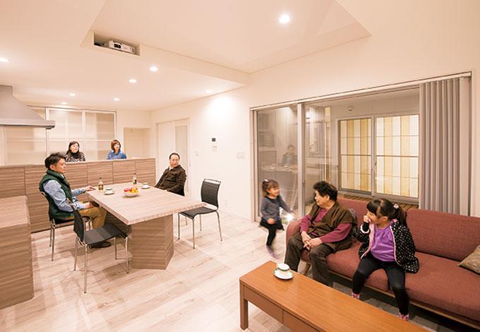 五朋建設【デザイン住宅、二世帯住宅、屋上バルコニー】8 人家族が集まって団欒する広々としたリビング