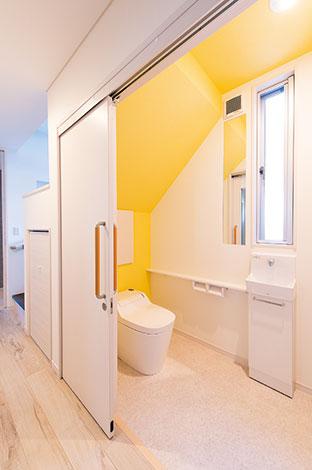 五朋建設【デザイン住宅、二世帯住宅、屋上バルコニー】車椅子でも余裕で入れる介護仕様のトイレ